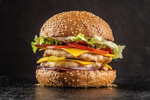 Hambúrguer com costeleta dupla de frango