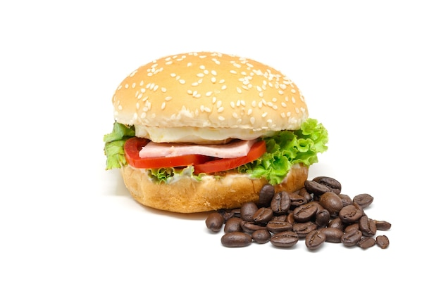 Hambúrguer com grãos de café em um fundo branco