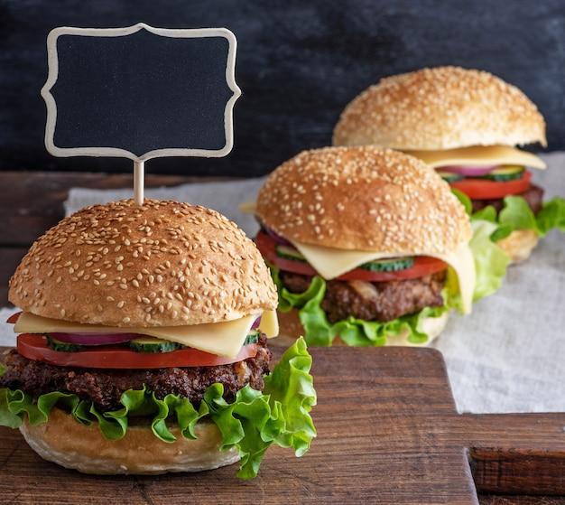 Hambúrguer com patty de carne e legumes frescos
