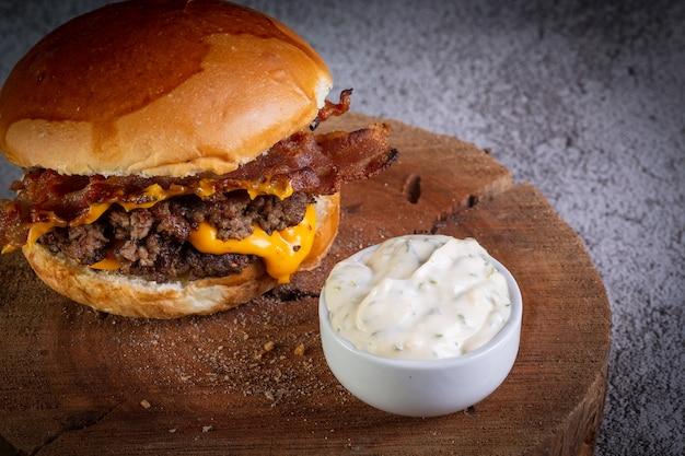 Hambúrguer com queijo cheddar e molho de alho