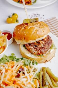 Hambúrguer com salada de legumes