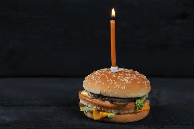 Hamburguer com uma vela com fogo