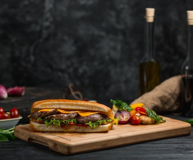 Hamburguer cotlet com folhas de queijo cheddar