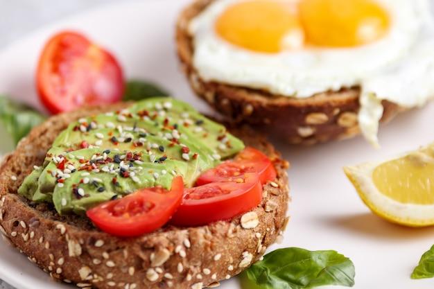 Hambúrguer de abacate. brunch vegano com torradas sanduíche saudável