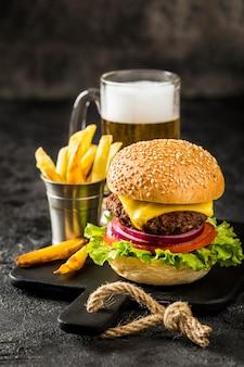 Hambúrguer de ângulo alto com batata frita e cerveja