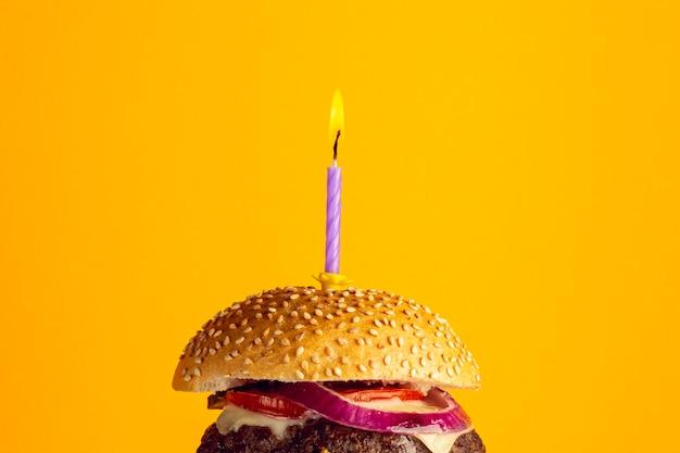 Hambúrguer de aniversário de close-up