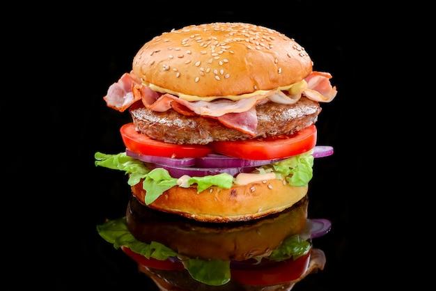 Hambúrguer de bacon com costeleta de carne