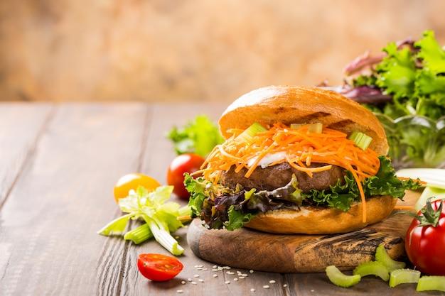 Hambúrguer de bagel delicioso