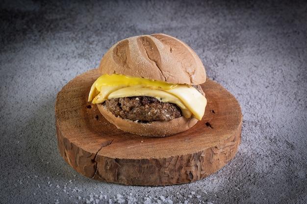 Hambúrguer de carne artesanal com pão australiano, queijo e molho de mostarda com mel