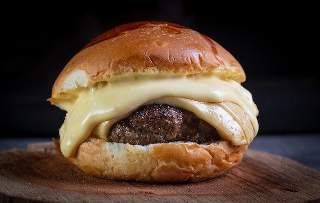 Hambúrguer de carne artesanal com queijo e molho de mostarda e mel