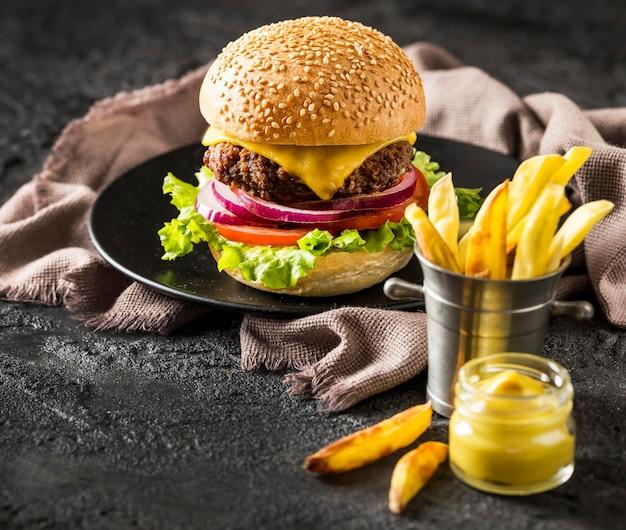 Hambúrguer de carne bovina, fritas e molho com cerveja