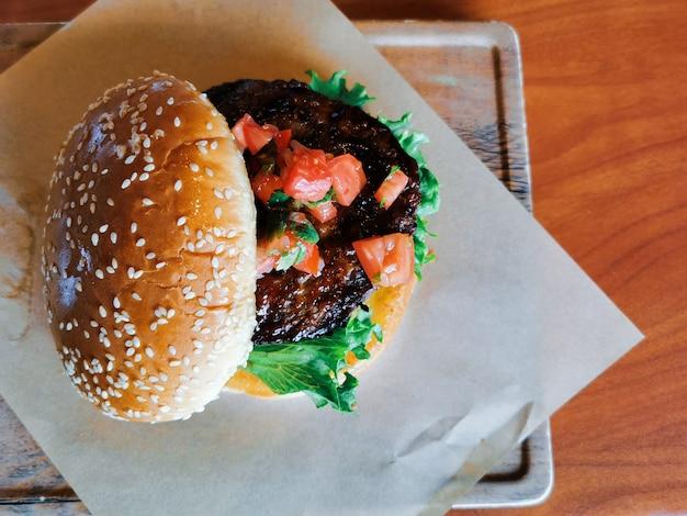 Hambúrguer de carne caseiro por vista superior
