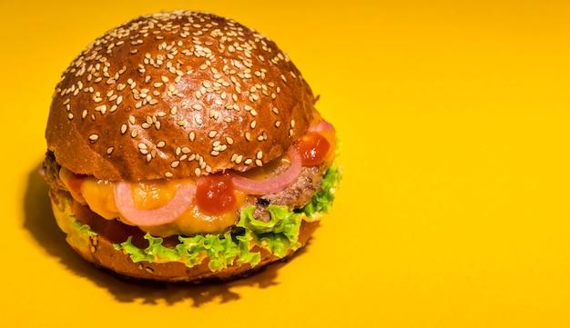 Hambúrguer de carne com alface e tomate