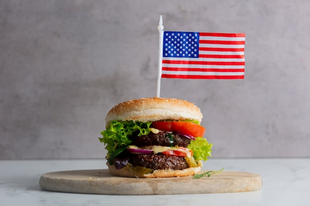 Hambúrguer de carne com bandeira eua na bandeja