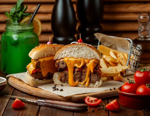 Hambúrguer de carne com batatas fritas
