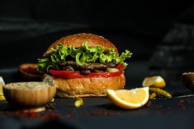 Hambúrguer de carne com ingredientes