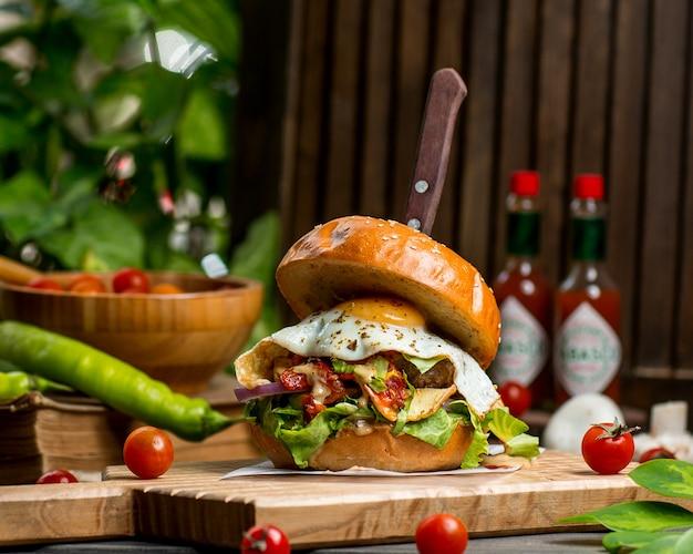 Hambúrguer de carne com ovo alface tomate e cebola