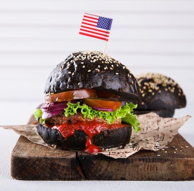 Hambúrguer de carne com um pão preto