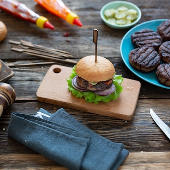 Hambúrguer de carne de perto na pedra