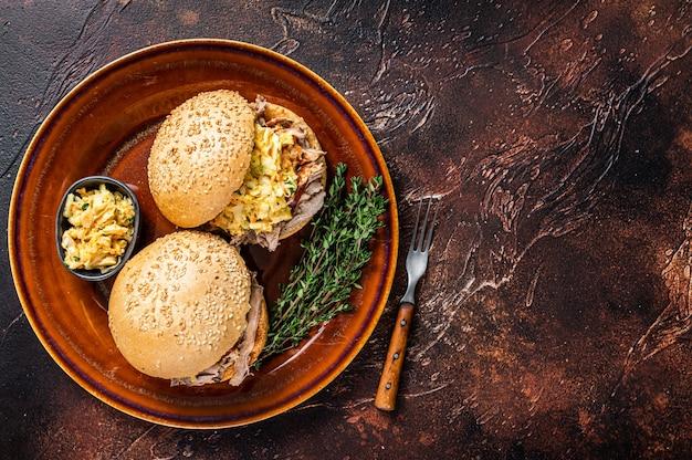 Hambúrguer de carne de porco desfiada com salada de repolho