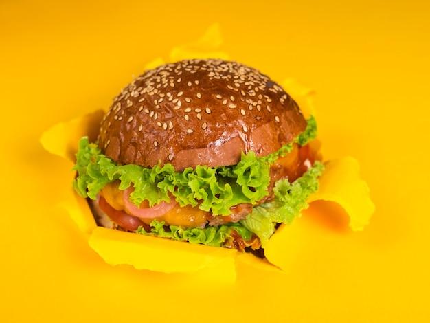 Hambúrguer de carne delicioso pronto para ser serverd
