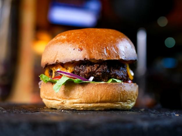 Hambúrguer de carne em um restaurante