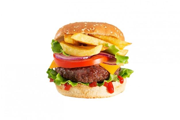 Hambúrguer de carne fresca e suculenta com ketchup pingando e batatas fritas isoladas no fundo branco
