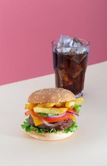 Hambúrguer de carne fresca e suculento colocado em fundo bege criativo, orientação vertical isométrica