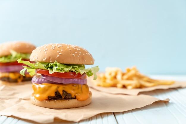 Hambúrguer de carne fresca saborosa com queijo e batata frita