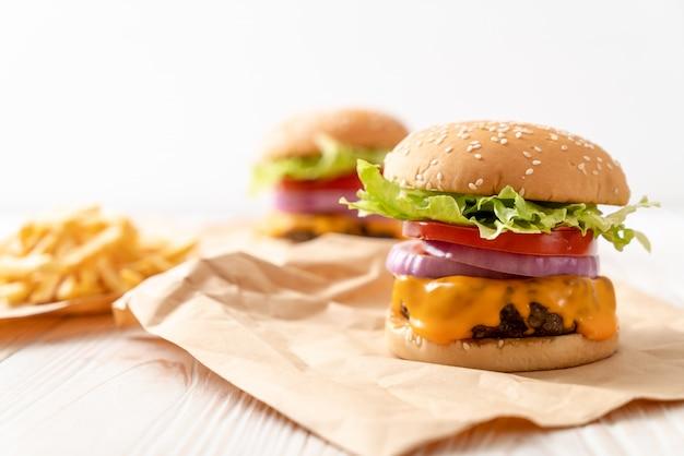 Hambúrguer de carne fresca saborosa com queijo e batatas fritas