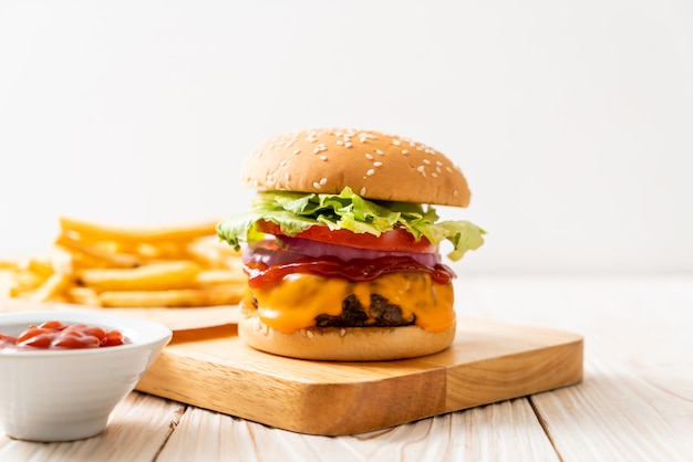 Hambúrguer de carne fresca saborosa com queijo e ketchup