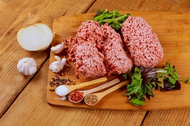 Hambúrguer de carne picada caseira crua fresca com especiarias,