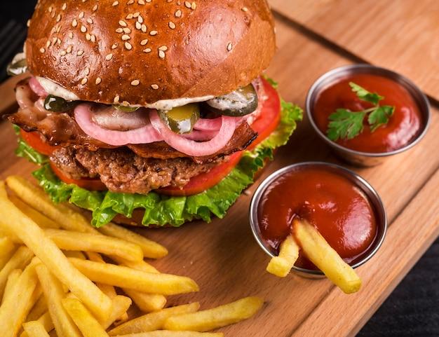 Hambúrguer de carne saborosa close-up com batatas fritas