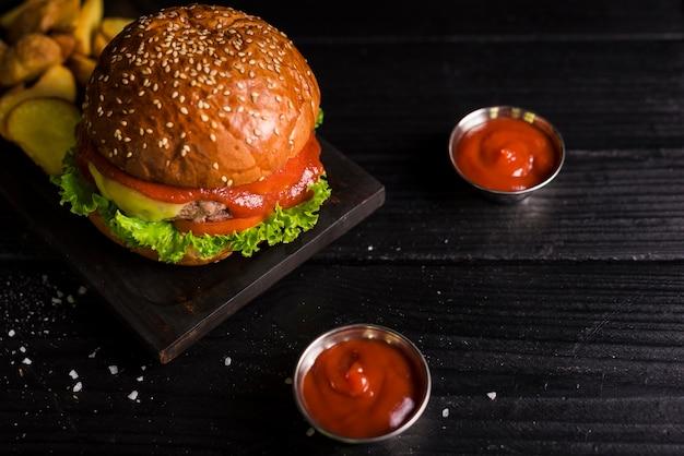 Hambúrguer de carne saborosa de alto ângulo com mergulho