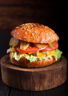 Hambúrguer de carne saborosa pronto para ser servido