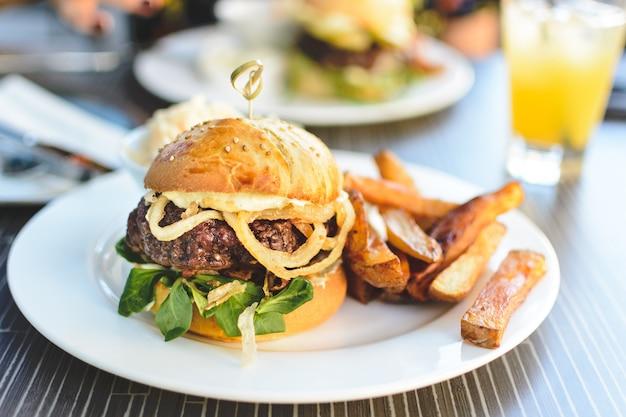 Hambúrguer de carne suculenta incrível no verão