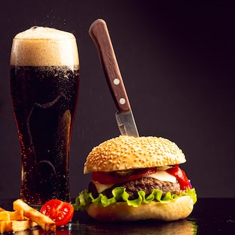 Hamburguer de close-up com cerveja