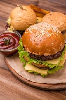 Hambúrguer de close-up com ketchup