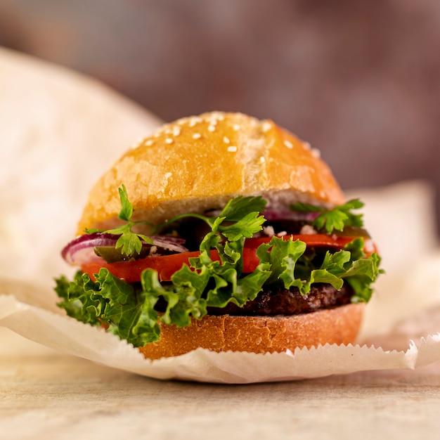 Hambúrguer de close-up na mesa
