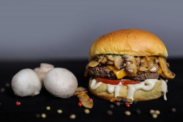 Hambúrguer de cogumelo com carne em close da mesa