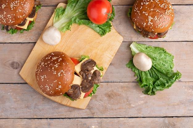 Hambúrguer de cogumelos grelhado na hora