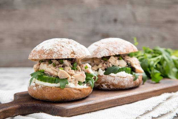 Hambúrguer de comida com atum, ervas, pepino, queijo cottage, cebolas