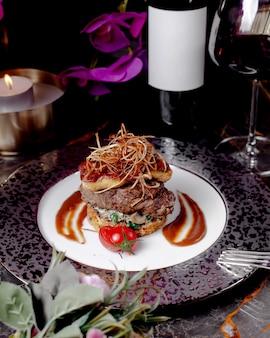 Hambúrguer de cordeiro e frango sem pão com ervas e cogumelos e molho de tomate
