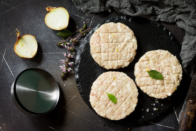 Hambúrguer de costeletas frescas de carne para hambúrgueres caseiros cozinhados com temperos vista superior