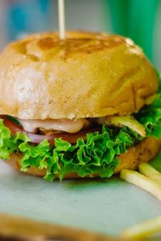 Hambúrguer de frango caseiro com batatas fritas