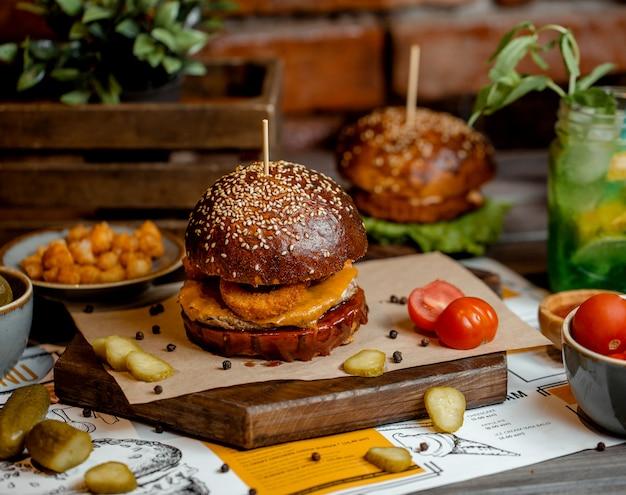 Hambúrguer de frango com anéis de cebola, queijo cheddar