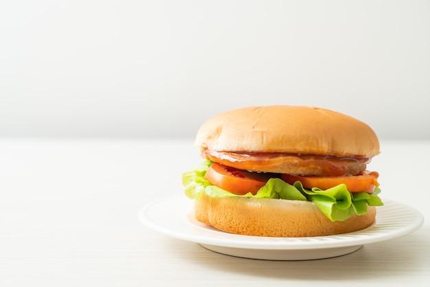 Hambúrguer de frango com molho no prato branco