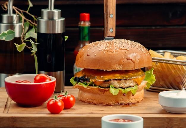 Hambúrguer de frango com queijo cheddar e batata frita