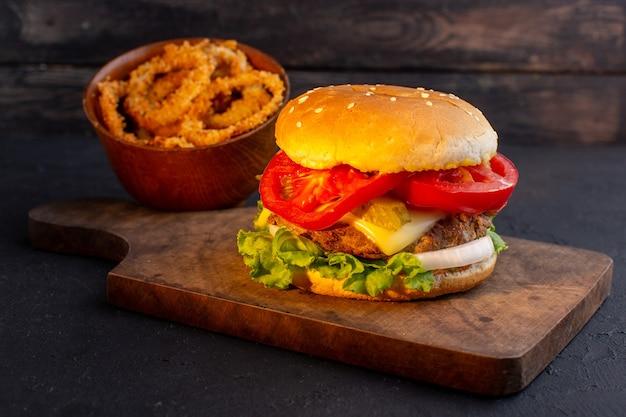Hambúrguer de frango com queijo e salada verde em cima da mesa de madeira e sanduíche de fast-food