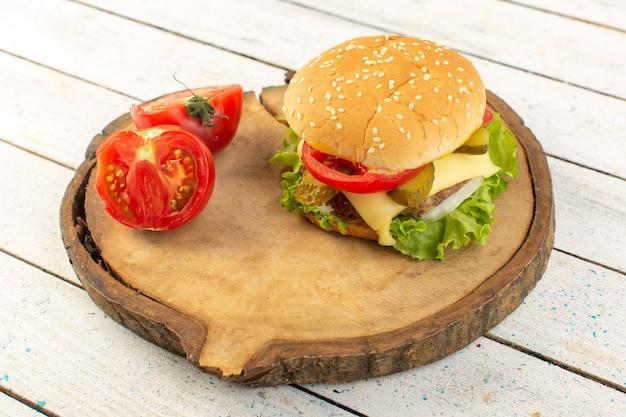 Hambúrguer de frango com queijo e salada verde na mesa de madeira e sanduíches fast-food em hambúrguer de frango